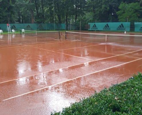 Tennisanlage im Regen